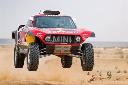Sainz comienza fuerte y Alonso se estrena undécimo en el inicio del Dakar