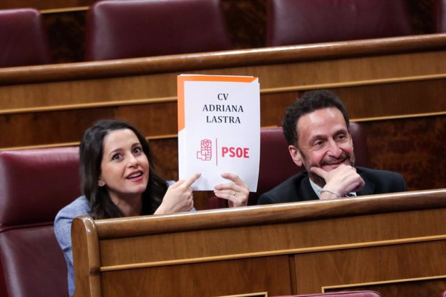 La portaveu de Ciutadans al Congrés,  Inés Arrimadas, dirigint-se a la portaveu del PSOE, Adriana Llastra, en l'hemicicle.