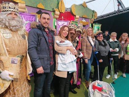 El primer bebé nacido en Barakaldo durante las Navidades recibe la tradicional canastilla de la mano de los Reyes Magos