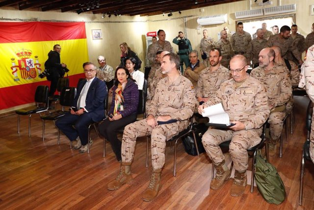 El Rei Felipe (3i), compañado per la ministra de Defensa, Margarita Robles (2i),  i comandaments militars, reben explicacions durant la seva visita a la Base Gran Capità de Besmayah a el Iraq el 30 de gener de 2019.