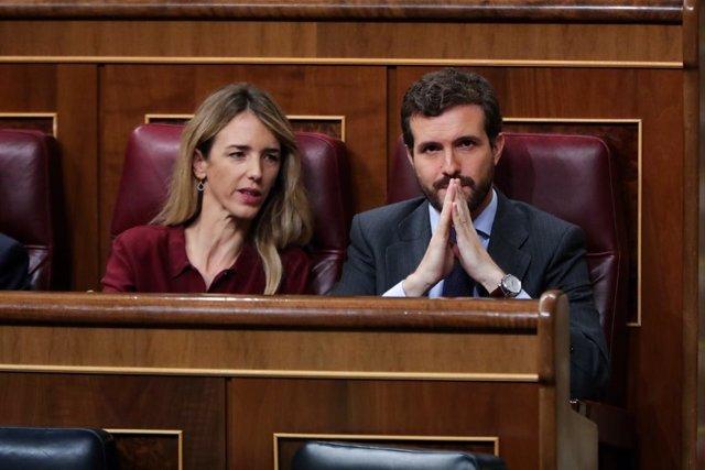El president del PP, Pablo Casado i la portaveu del Partit Popular al Congrés, Cayetana Álvarez de Toledo, durant la intervenció de la portaveu d'EH Bildu al Congrés dels Diputats, Mertxe Aizpurua, en la segona sessió del debat d'invest