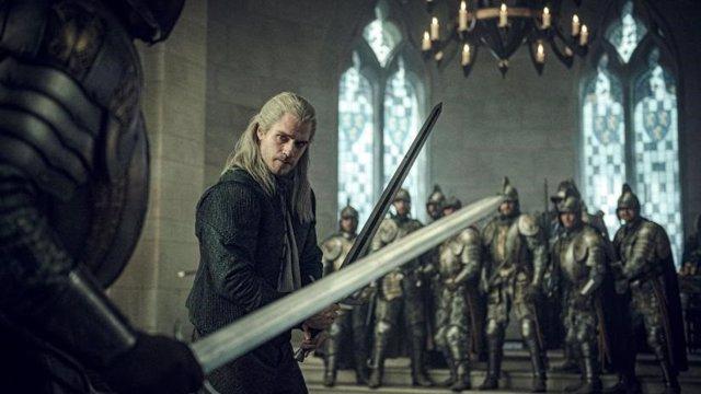Geralt de Rivia blandiendo su arma