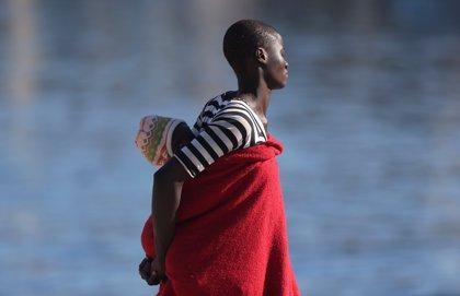 Salvamento Marítimo rescata una embarcación neumática con unos 44 migrantes cerca de Fuerteventura