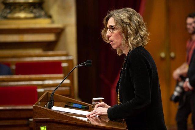 La consellera d'Empresa i Coneixement de Catalunya, Àngels Chacón intervé durant la celebració d'una sessió plenària al Parlament, a Barcelona (Espanya), 11 de desembre del 2019.