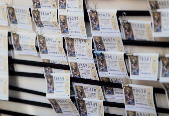 Un panell amb diferents bitllets de la loteria de Reis.