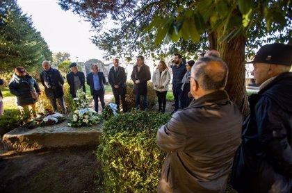La tumba de Valle-Inclán se llena de flores en el 84 aniversario de su muerte