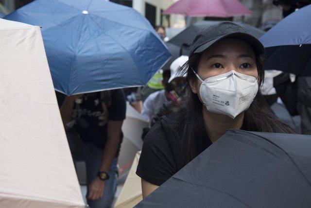 Ciutadana de Hong Kong amb mascarilla.