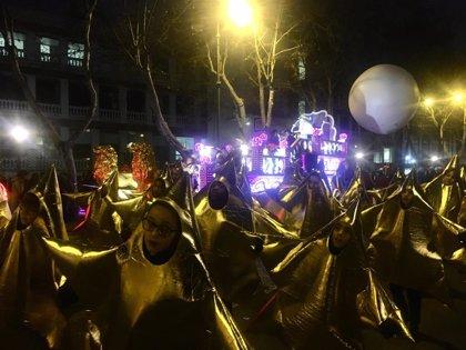 Miles de niños reciben a los Reyes Magos en Valladolid bajo una lluvia de caramelos marcada por el frío