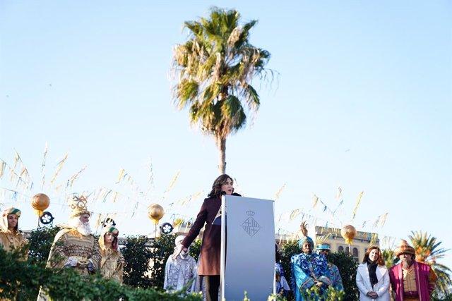 """L'alcaldessa Ada Colau entrega als Reis Mags la """"clau màgica"""" que obre totes les cases de Barcelona"""