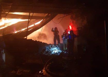 Un incendio calcina una nave industrial en Zaratán (Valladolid)