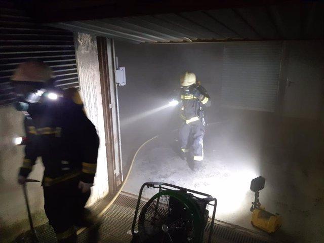 Extinción del incendio en un garaje comunitario
