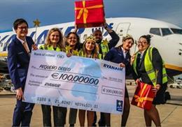Los trabajadores de Ryanair portan el cheque de 100.000 euros