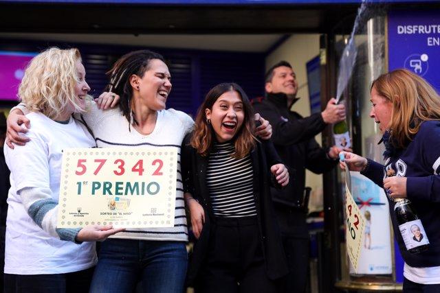 Celebración del primer premio del Sorteo Extraordinario del Niño en Doña Manolita, en Madrid (España) a 6 de enero de 2020.