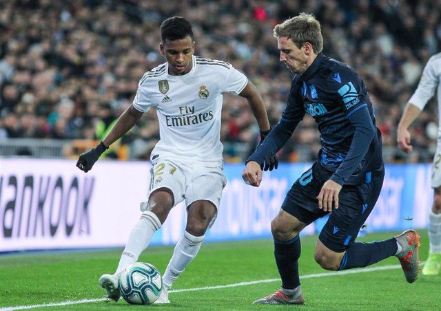 Rodrygo (Real Madrid) y Monreal (Real Sociedad)