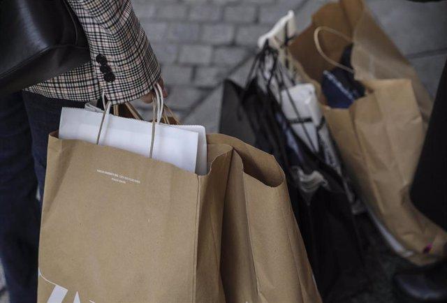 Ciudadanos acuden a comprar durante las rebajas.