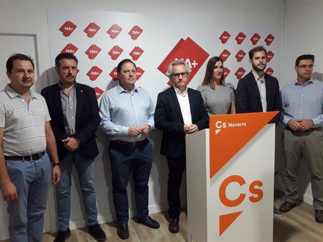 El portavoz de Ciudadanos en Navarra y parlamentario de Navarra Suma, Carlos Pérez-Nievas, en el centro de la imagen durante una rueda de prensa