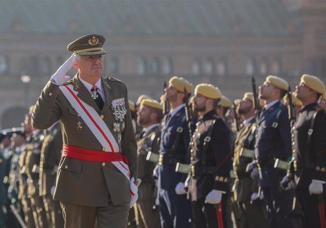 El teniente general José Rodríguez García, jefe de la Fuerza Terrestre, pasa revista a las tropas durante la celebración de la Pascua Militar