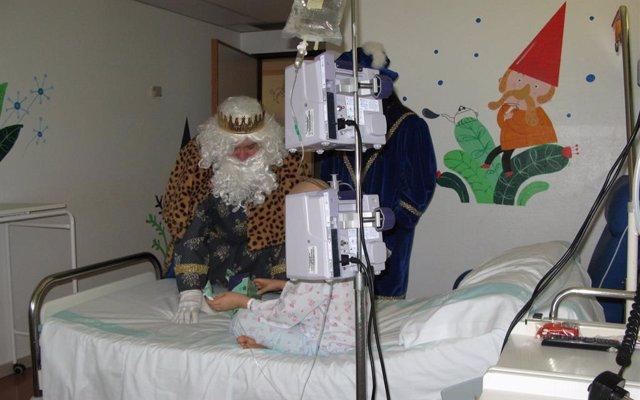 Los Reyes Magos reparten regalos a los niños ingresados en el Hospital Infantil de Zaragoza.