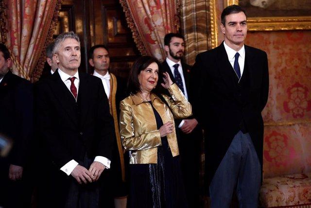 (I-D) El ministro del Interior en funciones, Fernando Grande-Marlaska, la ministra de Defensa y Asuntos Exteriores en funciones, Margarita Robles, y el presidente del Gobierno en funciones, Pedro Sánchez,