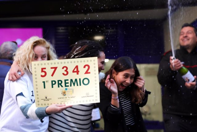 Miembros de la administración de Doña Manolita celebran haber vendido el primer premio del Sorteo Extraordinario del Niño, en Madrid (España) a 6 de enero de 2020.