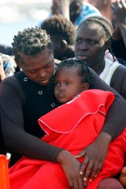 Imagen de archivo de una madre y su hija rescatadas tras navegar en una patera con rumbo a Andalucía