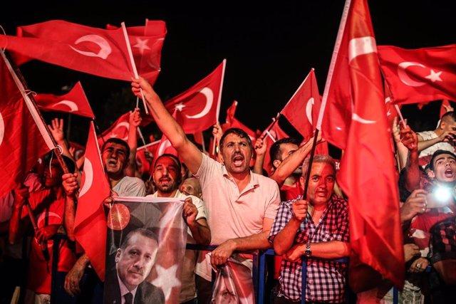 Manifestación contra el intento de golpe militar en Turquía
