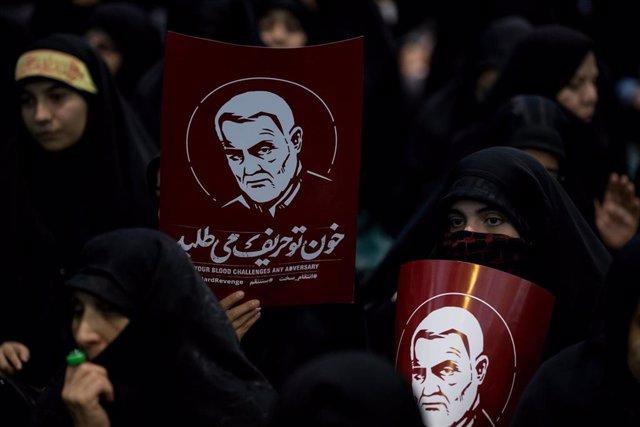Mujeres en Irán con imágenes del general iraní Qasem Soleimani