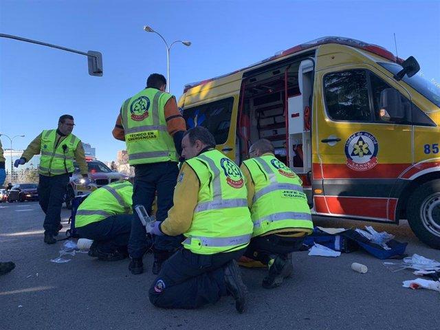 Herido grave un motorista con fractura abierta en la pierna tras chocar con un coche en Arturo Soria