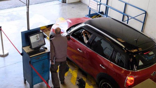 Un vehículo pasa la inspección técnica de vehículos.