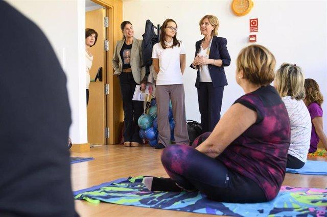 La concejal delegada de Familia, Igualdad y Participación Ciudadana de Almería, Paola Laynez, durante su visita a un Centro de la Mujer