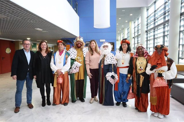 Los Reyes Magos han visitado este lunes a los niños ingresados en Son Espases.