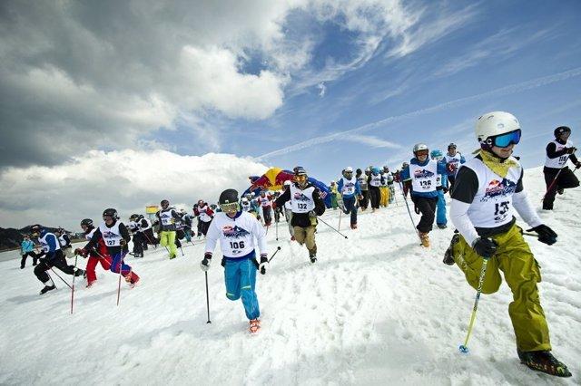 La Estación Invernal Fuentes de Invierno acogió el próximo sábado día 2 de marzo, la primera edición de la competición popular entre esquiadores y snowboarders 'Red Bull Home Run, ¡con tablas y a lo loco!'.