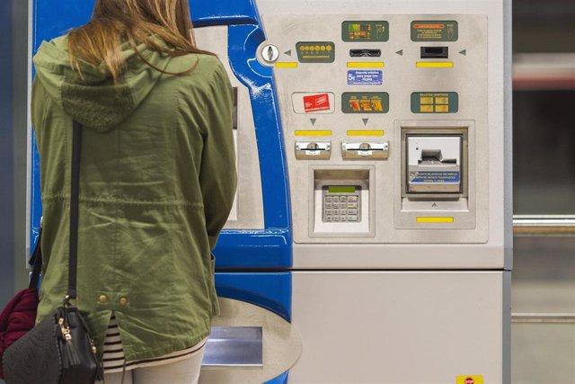 Imagen de archivo de uan máquina de recarga de abonos en Metro de Madrid.