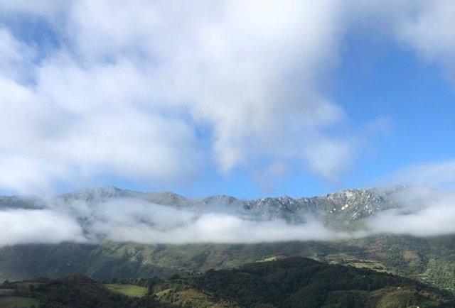"""Día soleado en la Sierra del Aramo, Asturias, el fin de semana del """"veranillo de San Miguel""""."""