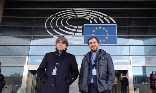 El epxresident de la Generalitat Carles Puigdemont y el exconseller Toni Comin han recogido este lunes su credencial permanente de eurodiputados.
