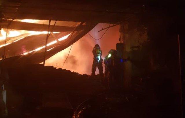 Los bomberos de Valladolid durante las labores de extinción del incendio declarado en una nave de Zaratán