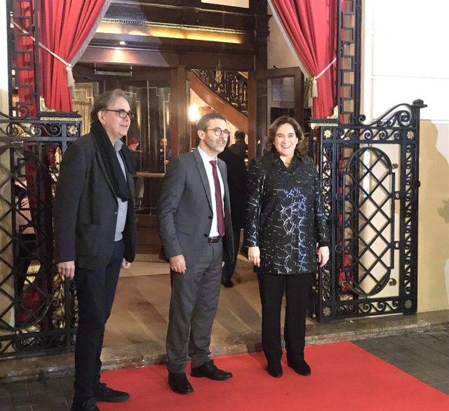 Joan Subirats, Emili Rosales y Ada Colau en la entrada del Premio Nadal