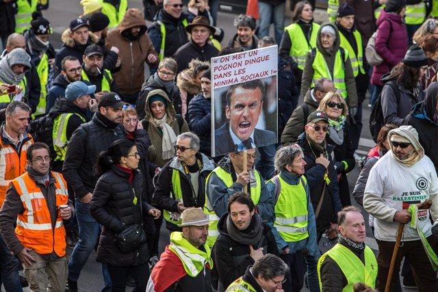 Manifestantes franceses marchan contra la reforma de las pensiones elaborada por el Gobierno de Emmanuel Macron.