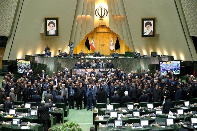 Parlamentarios iraníes corean eslóganes contra EEUU tras la muerte de Qasem Soleimani en un bombardeo estadounidense