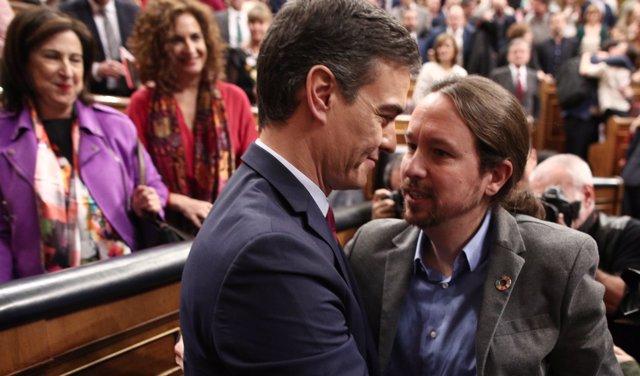 Pedro Sánchez y Pablo Iglesias se abrazan