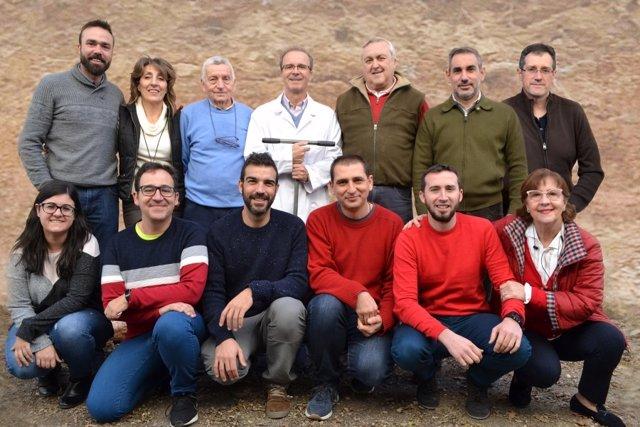 El equipo de investigadores de la Universidad de Córdoba que ha descubierto cómo el impacto de la radiación solar en el suelo ayuda a mitigar la contaminación ambiental.