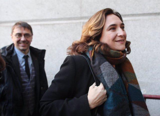 El politòleg i cofundador de Podem, Juan Carlos Monedero i l'alcaldessa de Barcelona, Ada Colau, arriben al Congrés dels Diputats abans de la segona votació per investir el candidat socialista a la Presidència del Govern central.