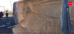 Vuelca un camión cargado de arena en Getafe
