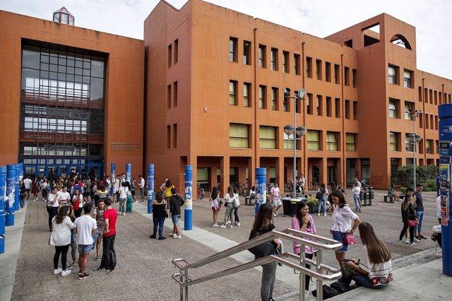 Estudiantes en una facultad de la Universidad de Cantabria.
