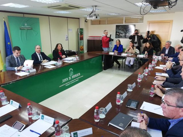La Junta se reúne con empresarios del sector hortofrutícola de Almería