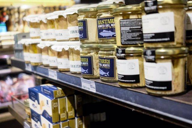 Tarros de bonito en la sección de conservas de un supermercado donde se muestran los precios y ofertas coincidiendo con los preparativos de las fiestas navideñas.
