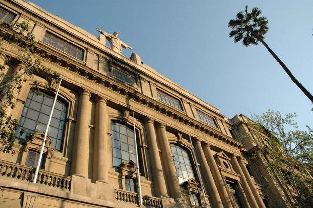 La Pontificia Universidad Católica de Chile.