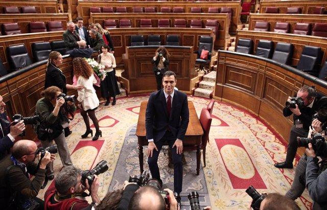 El president del Govern central, Pedro Sánchez, a l'hemicicle del Congrés dels Diputats després d'obtenir una votació favorable a la seva investidura.