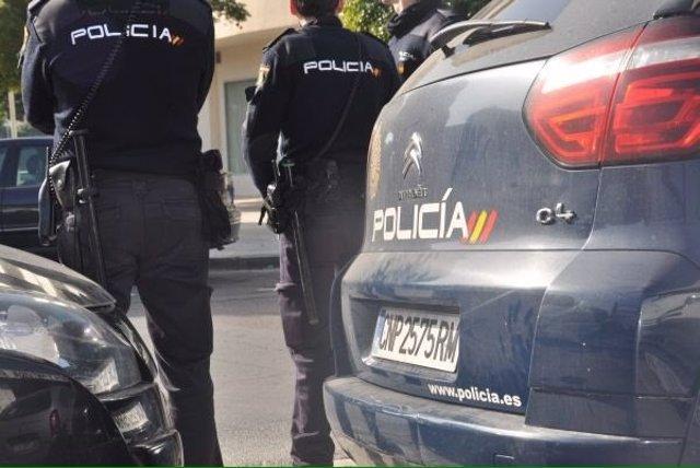 Imatge d'arxiu de dos agents de la Policia Nacional