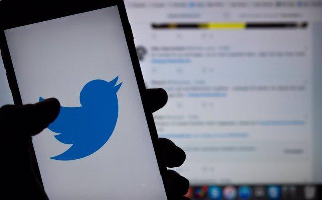 El logotip de Twitter en un telfon mbil